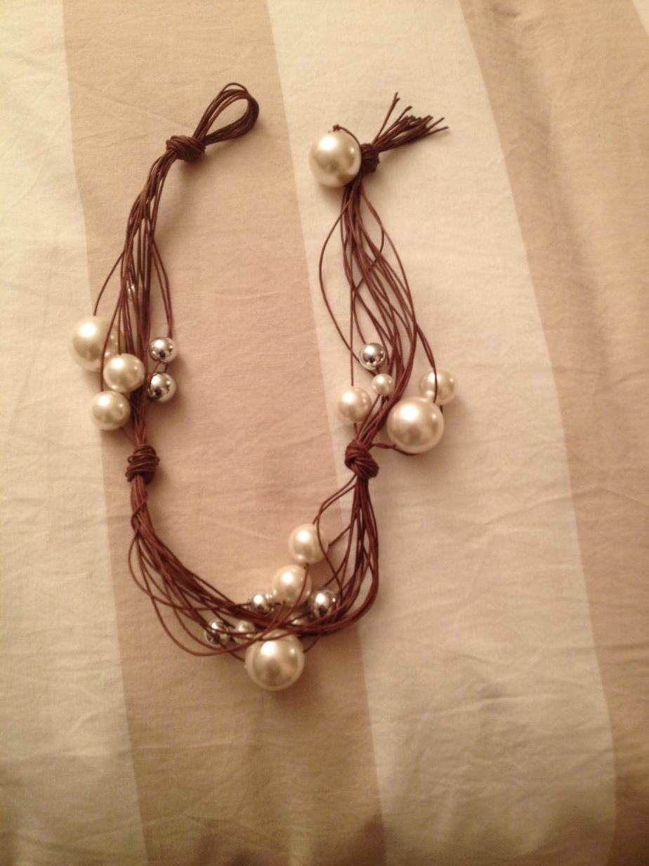 Collana corta marrone e perle bianche. #N.9